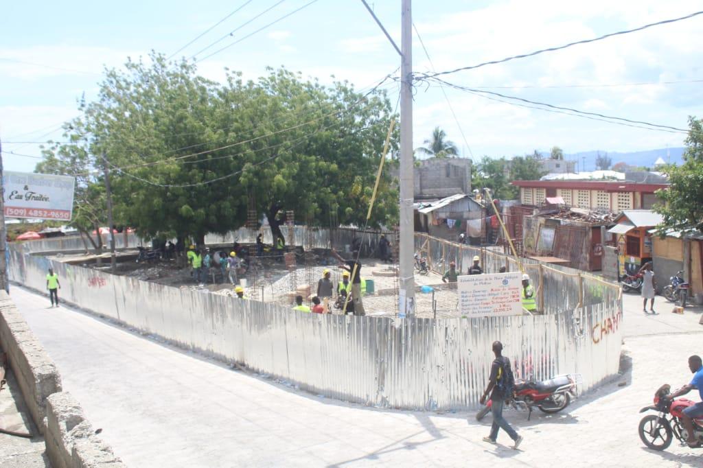 La place publique de Platon et la route de Merlin en chantier