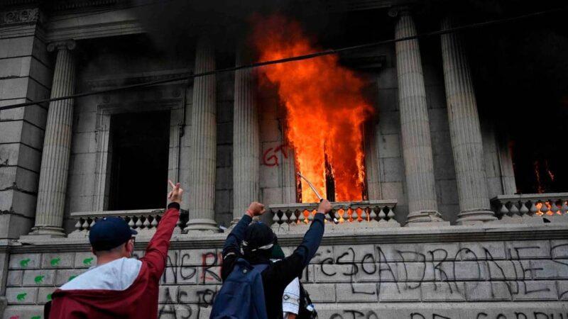 Guatémala: Des manifestants mettent le feu au Parlement